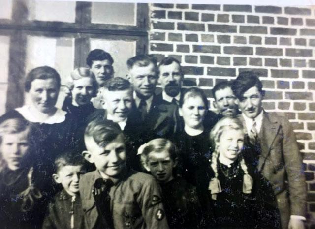 Die Bewohner des Hauses Willy Peppel in Packerau: Familie Willert mit Angehörigen. Ca. 1930er Jahre.