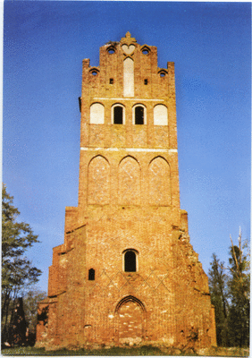 Ein seltenes Foto aus dieser komplett Ansicht mit dem Kirchturm und wo war die Uhr? Links davon stand also einmal das Pfarrhaus und rechts das Gutshaus oder?