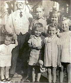 Theodor Anker auf Gut Baiersfelde mit seinen Enkelkindern. An der Hand, Enkel Joachim Anker. Photo: Joachim Anker