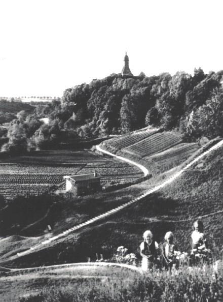 Blick ins Tal und auf die Kirche