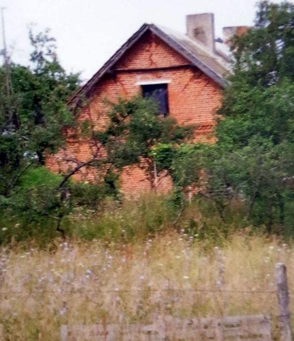 Wohnhaus Willy Peppel. Bewohnt wurde es u.a. von Familie Willert. Wohl das gleiche Haus wie das in der Fotostrecke oben auf dieser Seite. Es scheint das letzte von geschätzt 35 Häusern aus deutscher Zeit in Packerau zu sein.