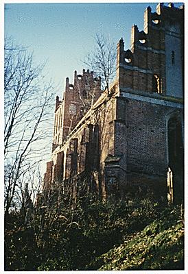 Seitliches Kirchenschiff, Lage des alten Friedhof. Blick auf Giebelecke mit der Gedenktafel für gefallene Soldaten
