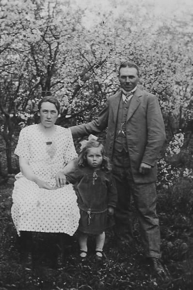 Im Obstgarten des Hofes Duns in Packerau: Klein Ruth mit Mutter Lydia geb. Barakling und Vater Georg Duns