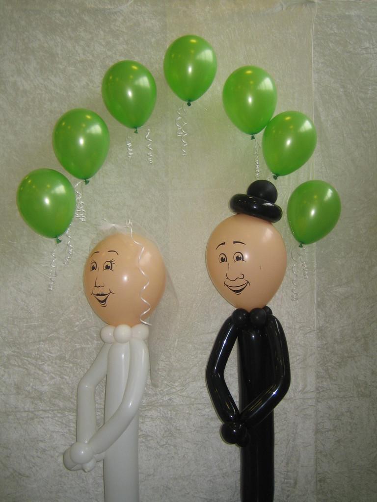 Brautpaar mit Ballonbogen