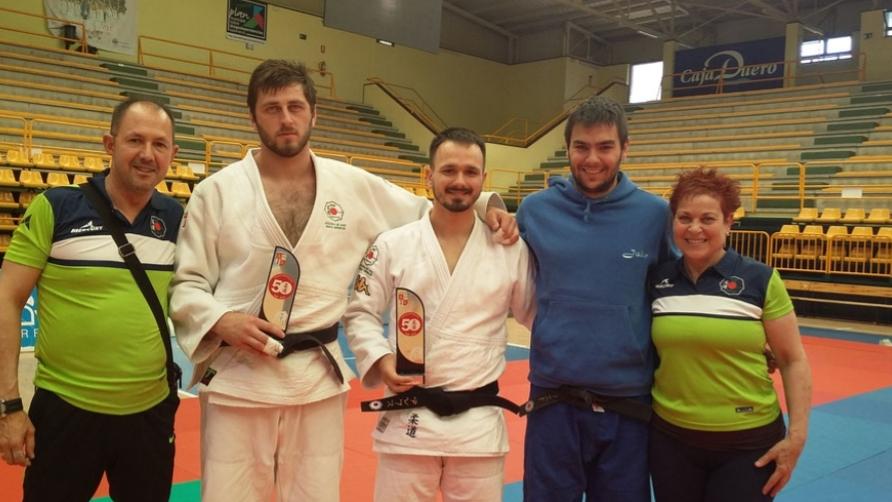Gocha y Alex junto a sus entrenadores Sonia y Patxi