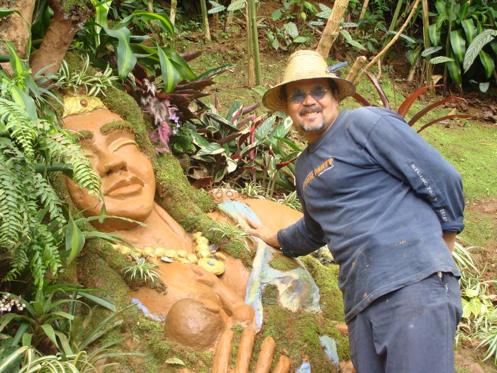 Escultura de Madre tierra y su creador.