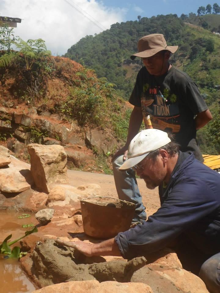 Detallando el estanque del vital liquido.