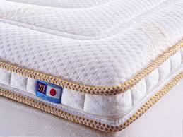 マニフレックス日本発売20周年記念商品、マニコスモ。金色の刺繍がほどこされた上下ダブルパイピングは斬新で格調の高い仕上がりとなっています。