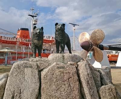 南極物語で奇跡の生還をしたのタロ・ジロ像