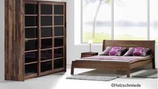 Schlafzimmer Nussbaum mit Massivholzbett Akzent und Schrank Kubus
