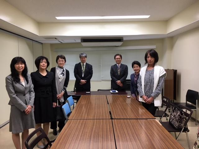 中央正面右・青柳前課長、同左・貫井新課長です。