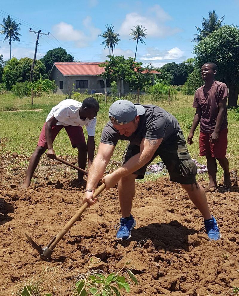Ein etwas anderes Workout: #87 Patrik Gabriel beim Ausbau der Miwani School
