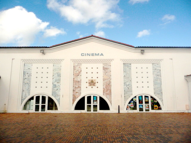 Le cinéma municipal, qui a servi d'abri aux passagers d'un TGV forcé de stopper à 800 m de la gare (photo Bruno Cargnelli)