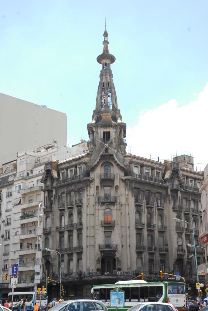 und daneben ein altes und schönes Gebäude