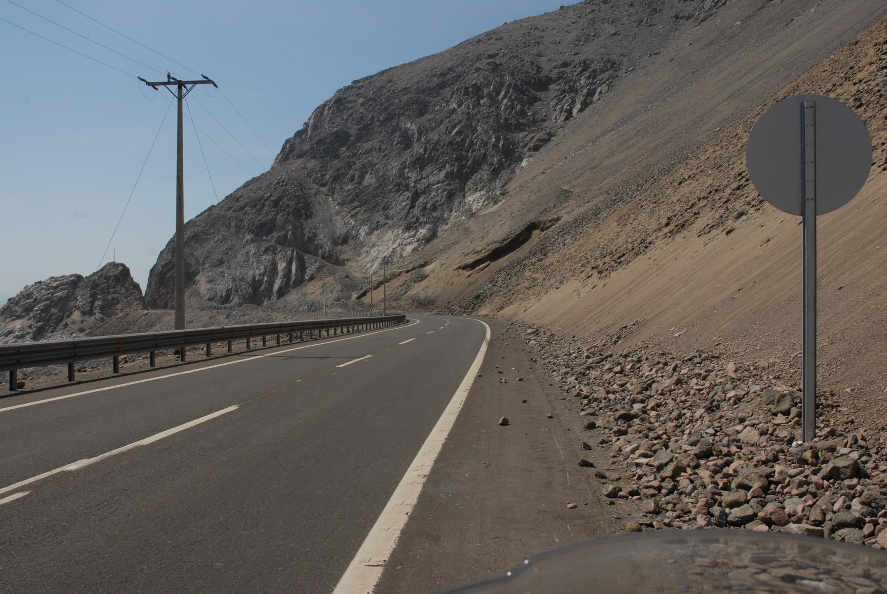 Die berghänge reichen hier bis an die Straße heran und ragen dann aber gute 800 Meter steil nach oben
