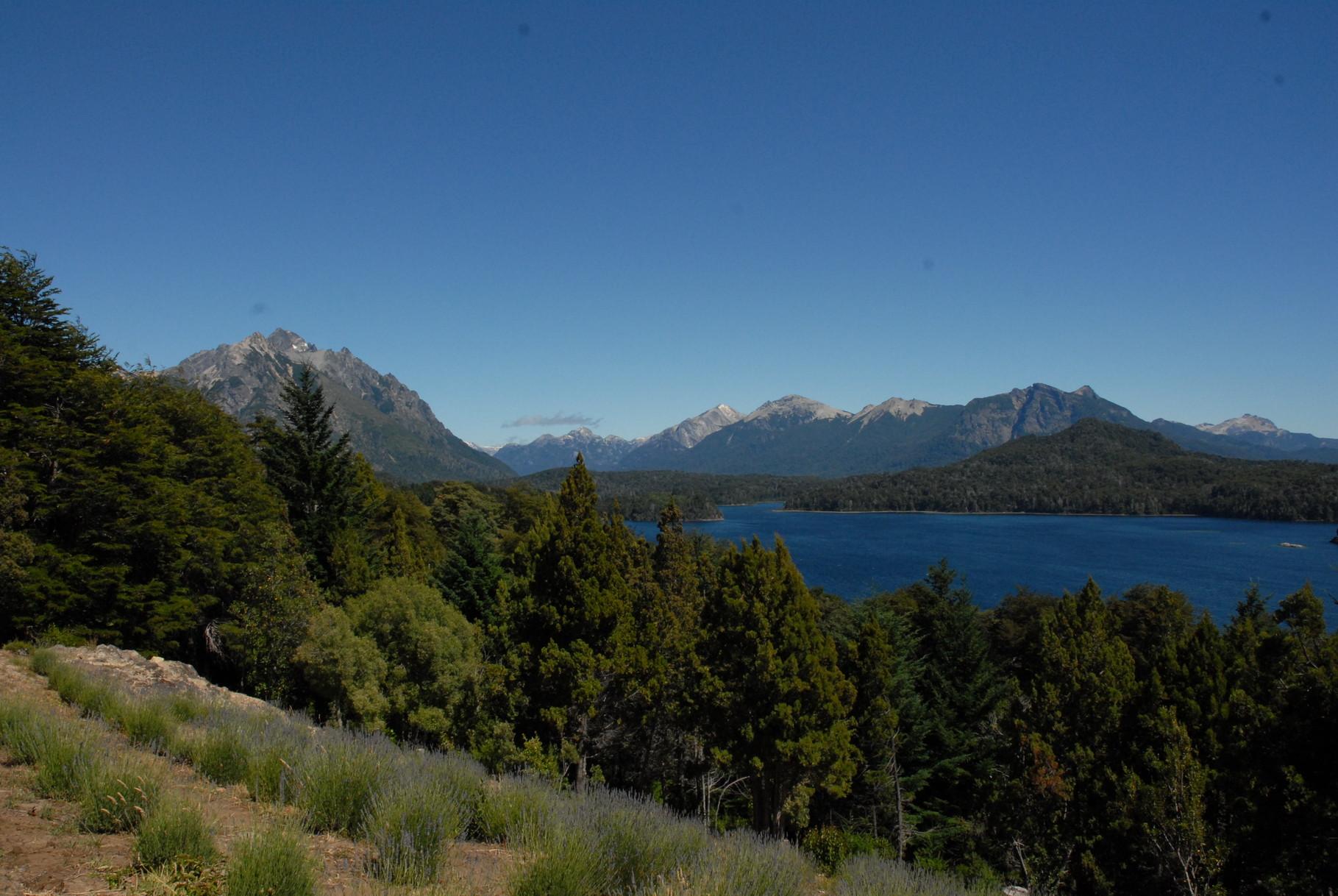 Von einem Aussichtspunkt hinter Bariloche ein Ausblick über das Seengebiet - Teil 1 ...