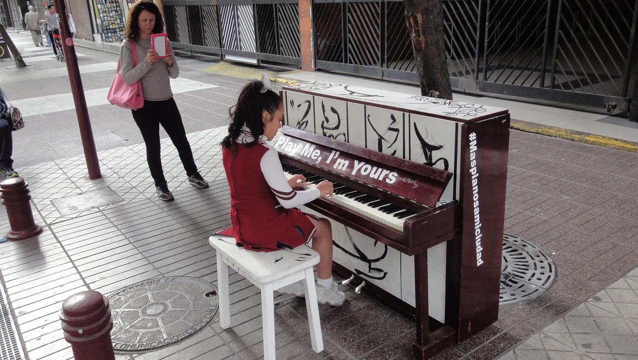 In Santiago stehen an jeder Ecke Klaviere, wo man sein Können zum Besten geben kann.