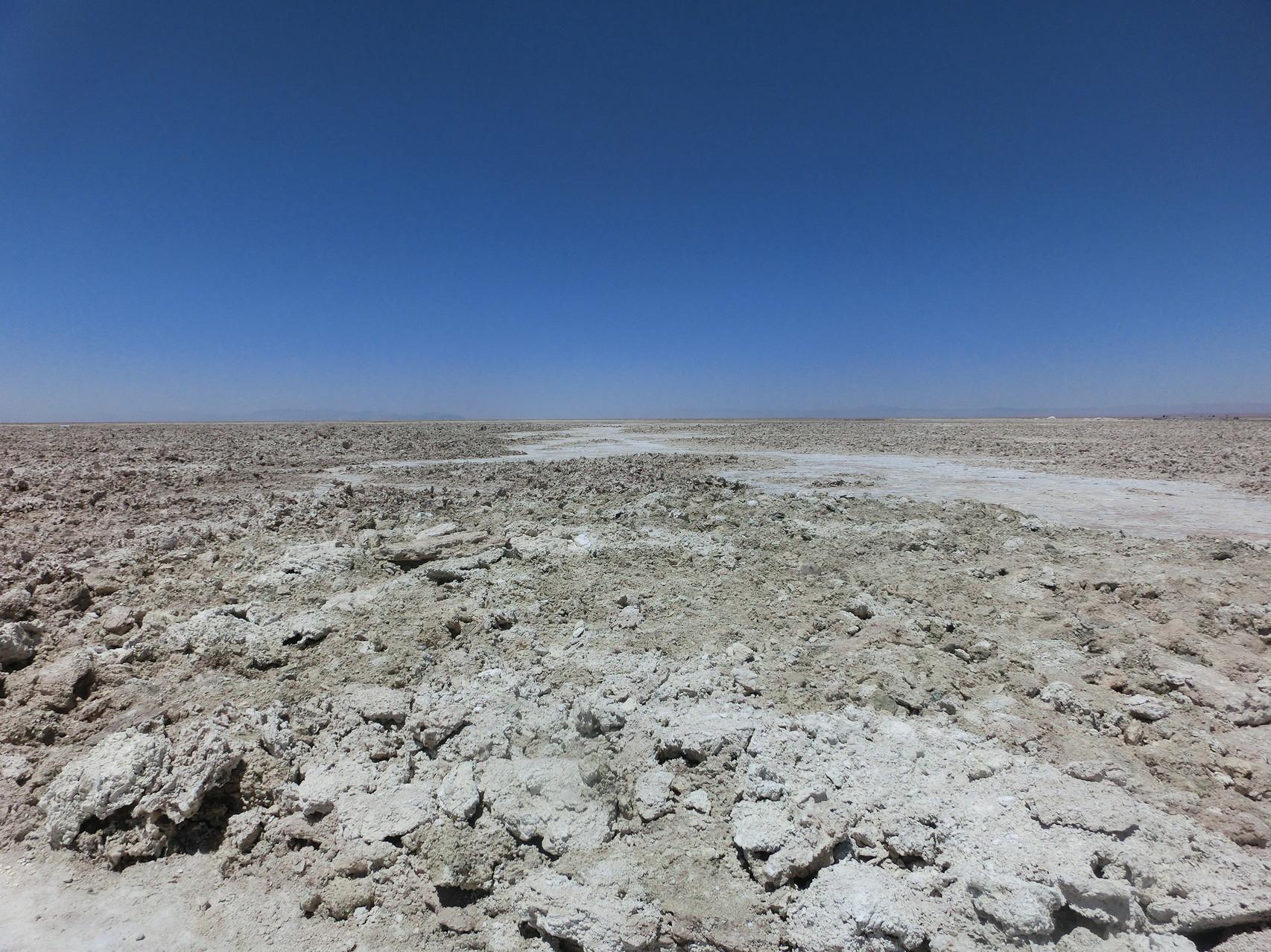 Die Oberfläche des Salars ist nicht glattgewaschen und weiß ...