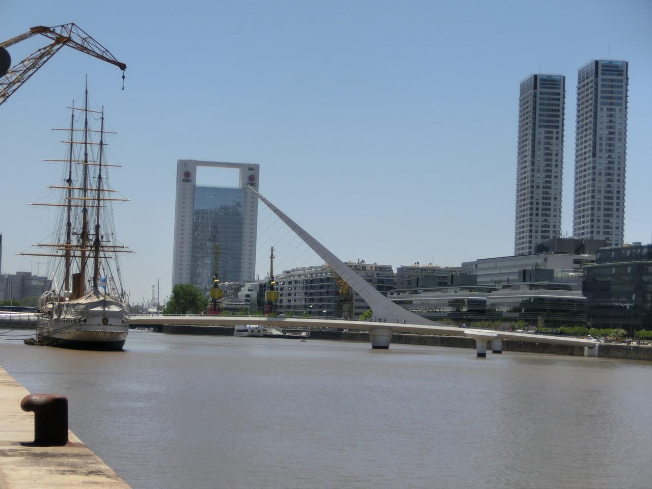 Puerto Madero mit der Ponte de la Mujeres