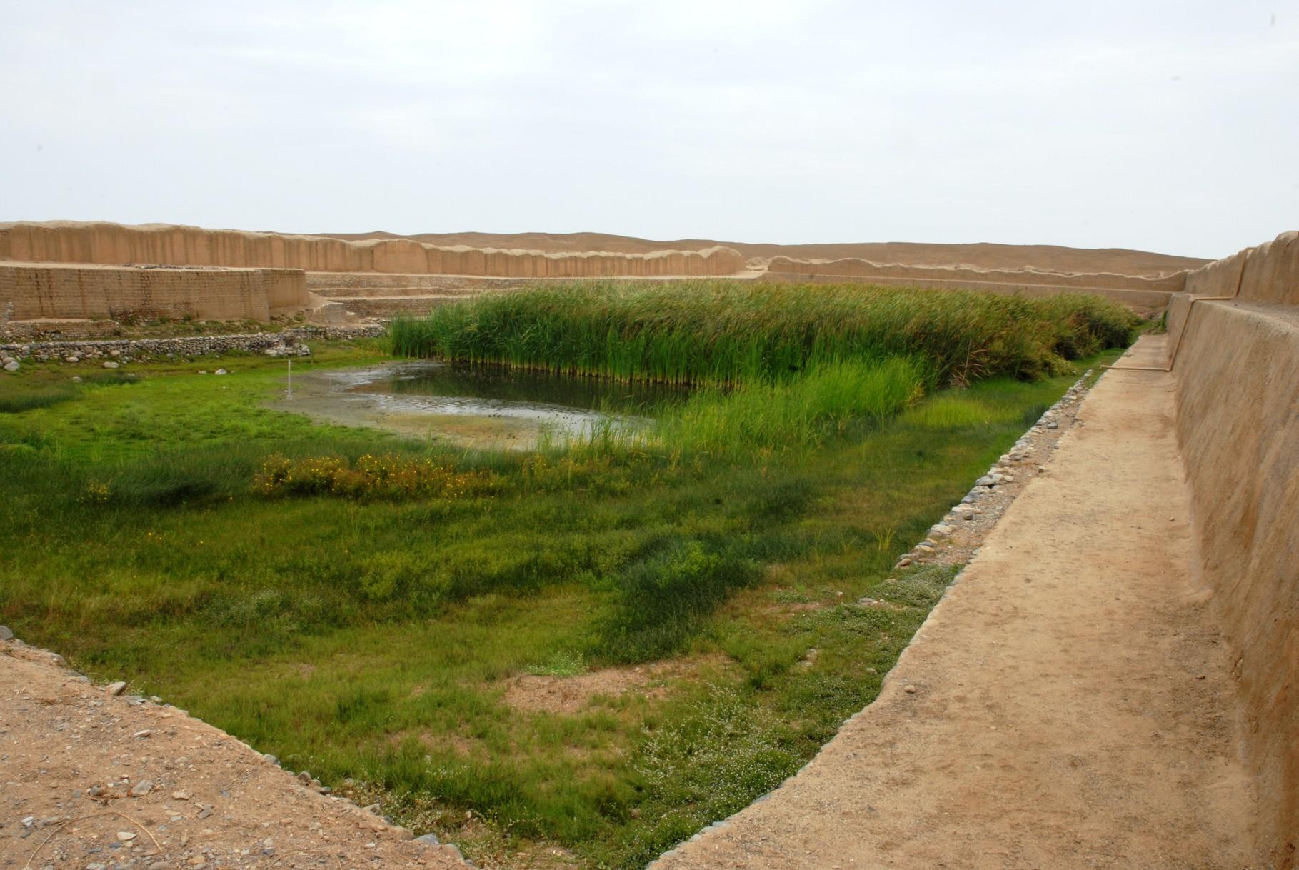 Die 130 x 45 m großen Wasserbecken (Zisterne und zugleich Opferplatz)