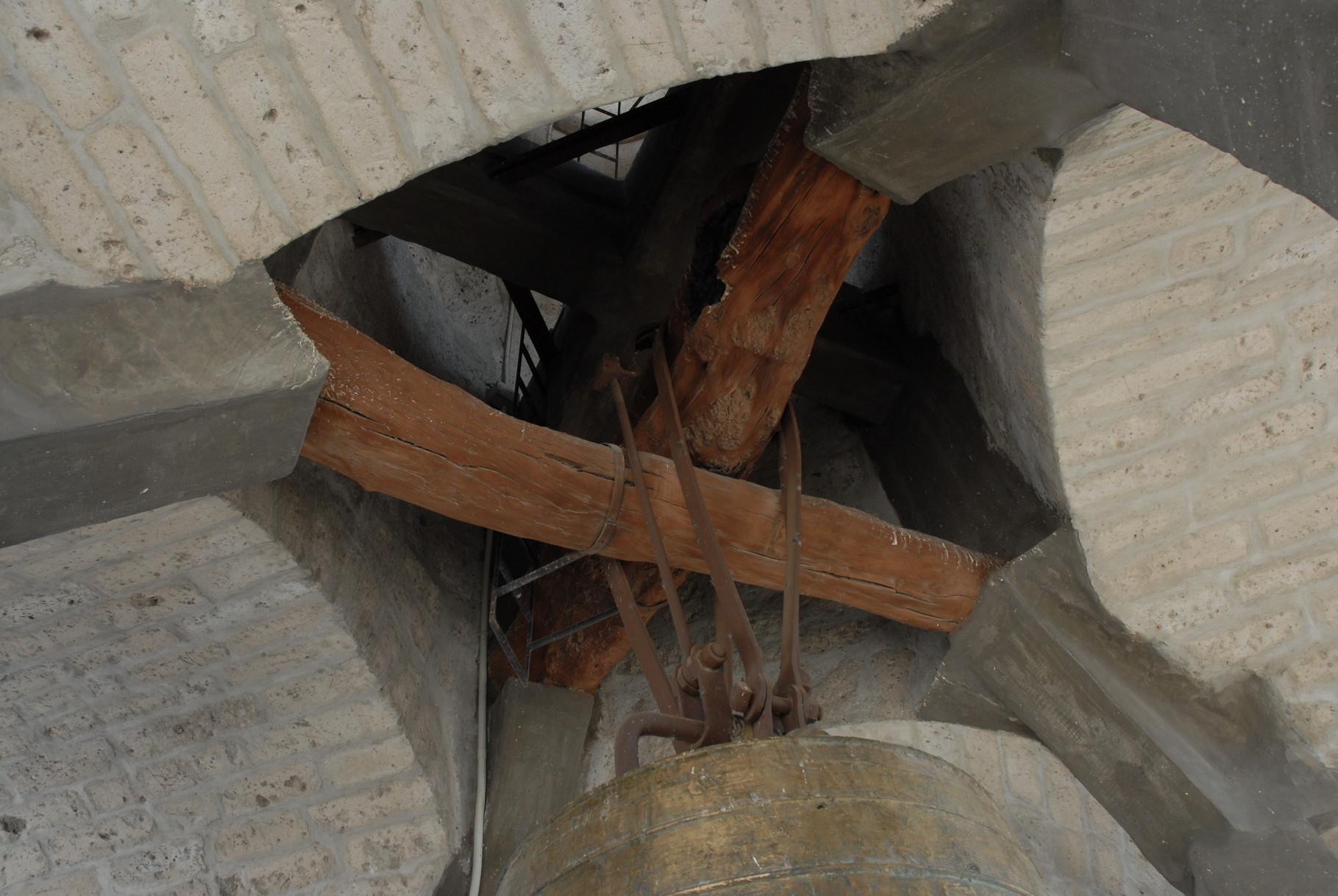 Und die dicke Berta mit 5 Tonnen hängt an drei kleineren Baumstämmen