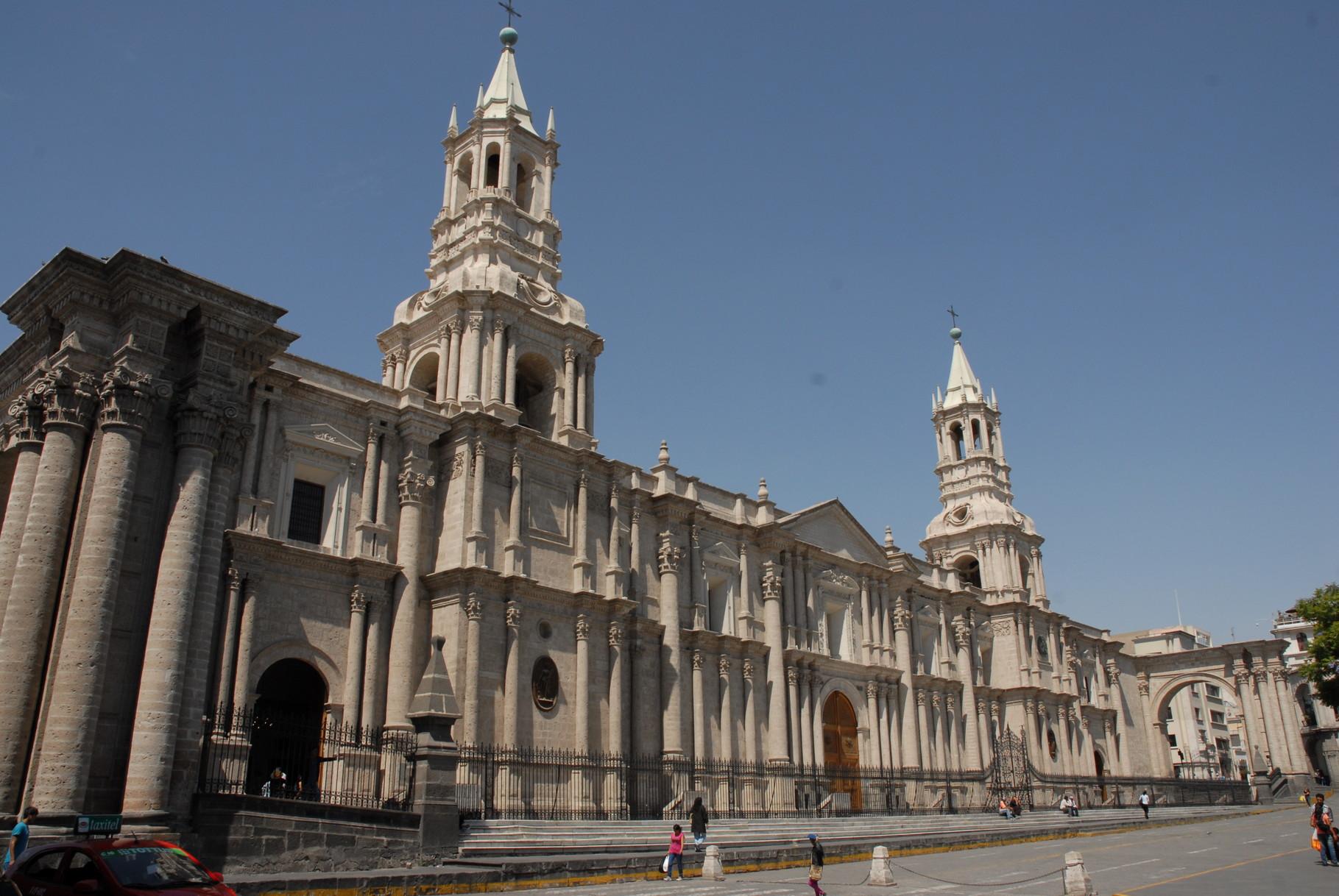 Die Kathedrale von Arequipa vom Plaza de Armas aus gesehen