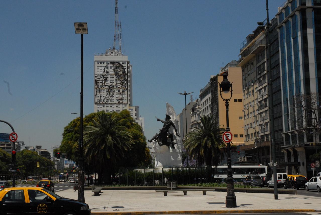 An der Fassade des Sozial- und Gesundheitsministeriums ein Bildnis von Eva Peron