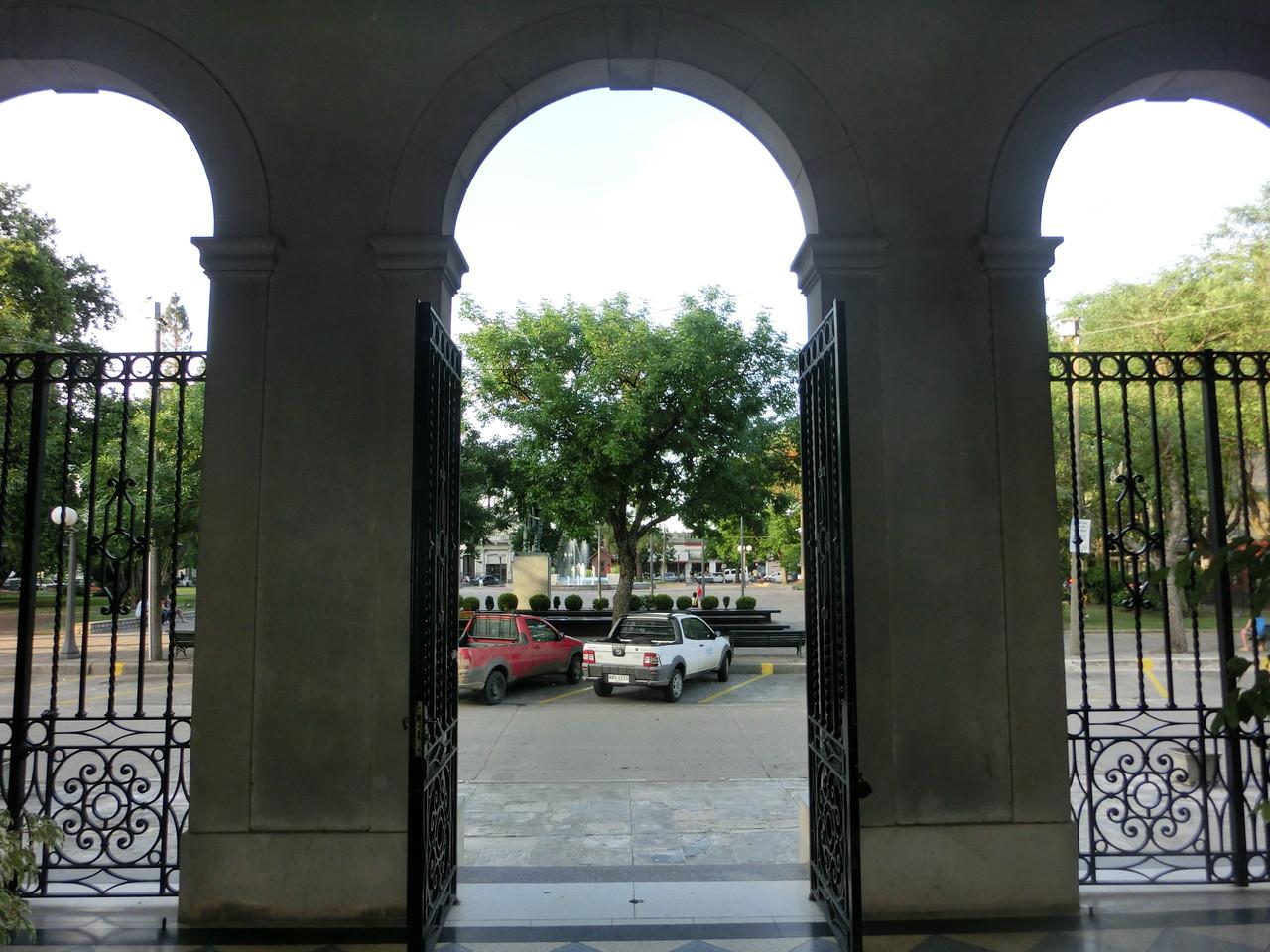 Blick vom Kirchneingang in Trinidad auf den Marktplatz