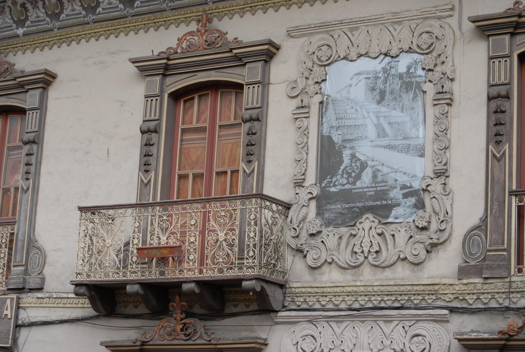 Schöne Balkone und Wandfriese