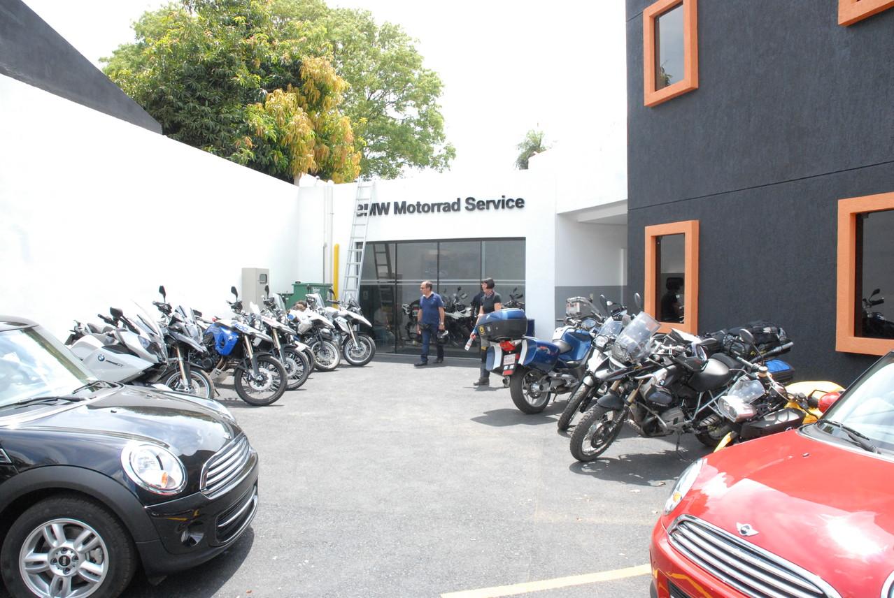 Mini-Niederlassung mit BW-Motorrad in Ascunción