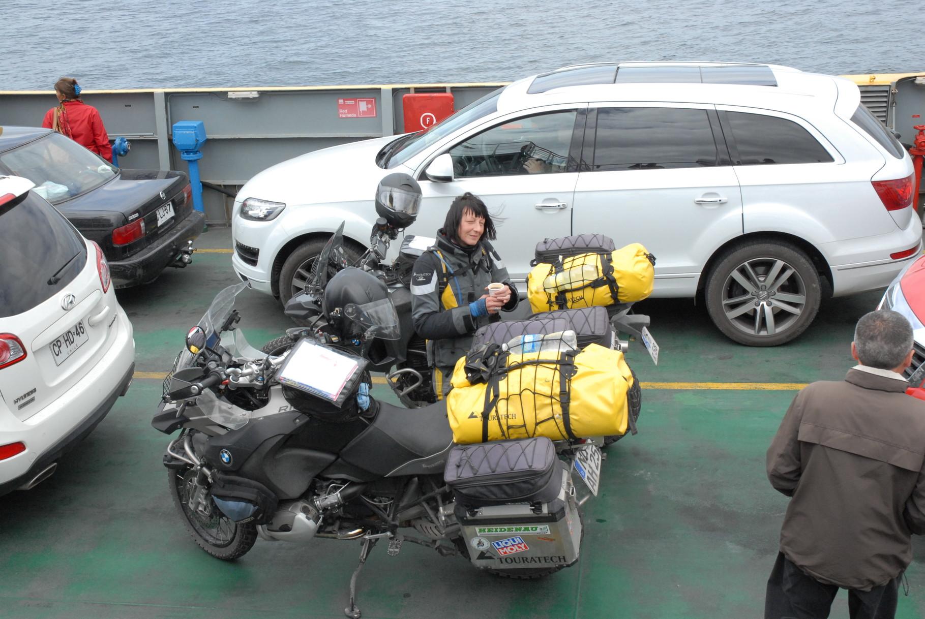 Rosi bewacht die Motorräder auf der Überfahrt nach Puerto Montt