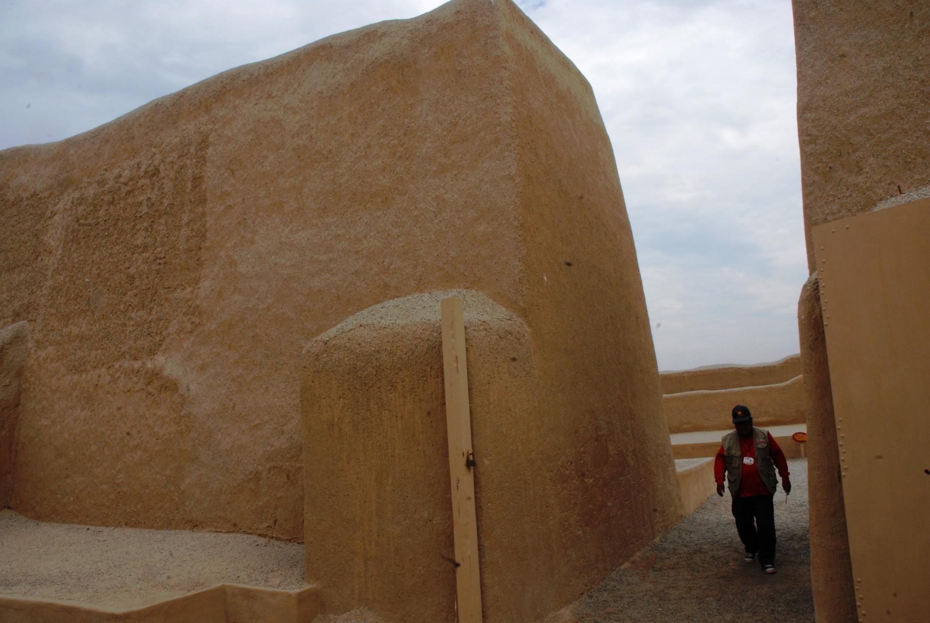 Bis zu 5m dicke und 8 bis 12m hohe Lehmmauern