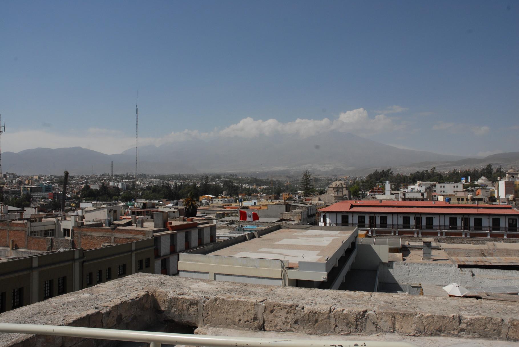 Blick vom Kathedralendach auf den Volcano Misti