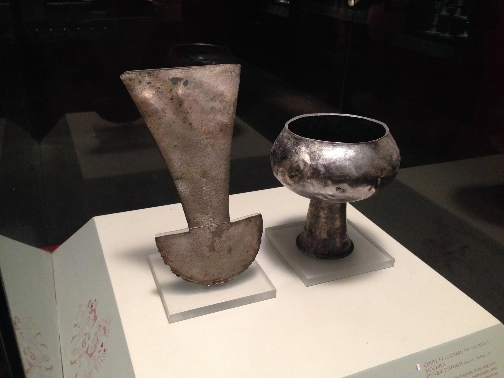 Opfermesser und Opfergfäß aus der Mochica-Blütezeit