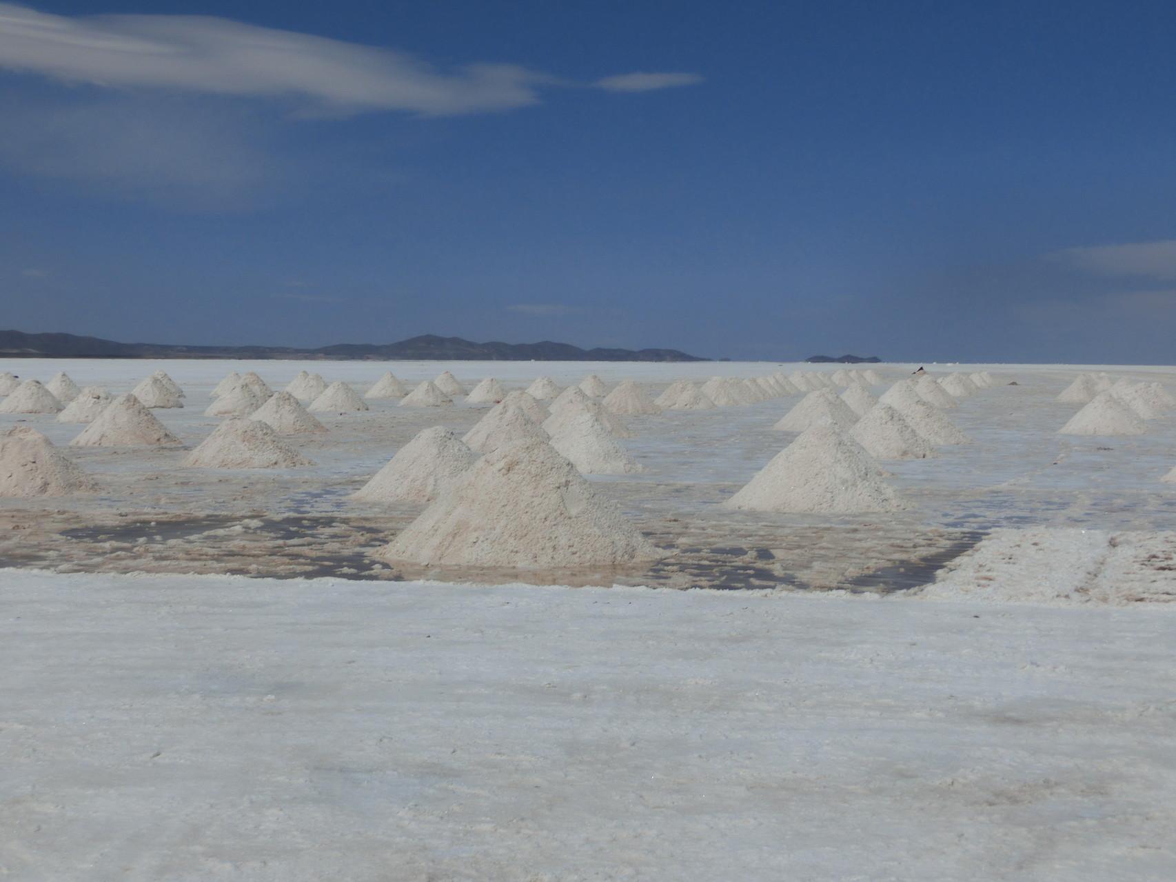 Auf dem Salar wird das Salz so zum Entwässern aufgetürmt