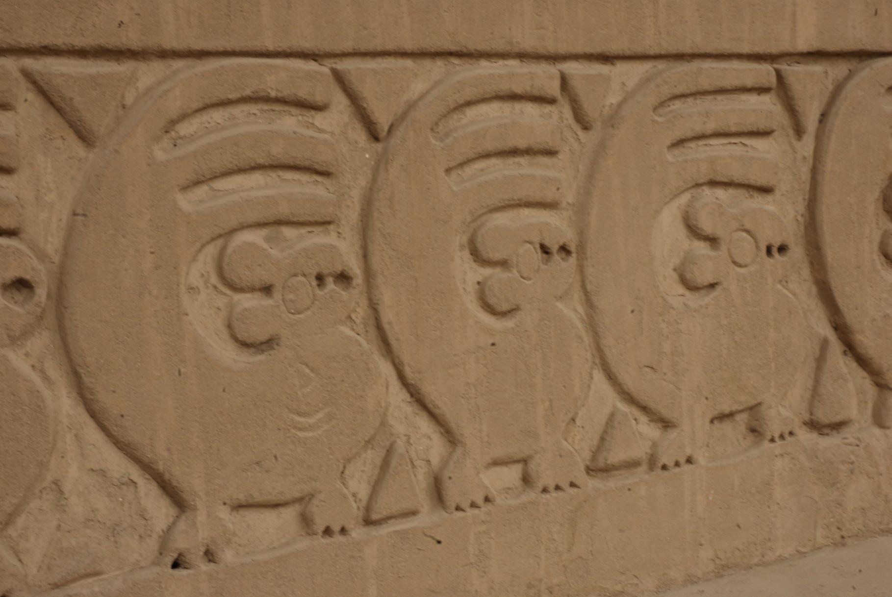 Der ganze Platz war mit Nutria-Reliefen (Biberratten) ausgestattet