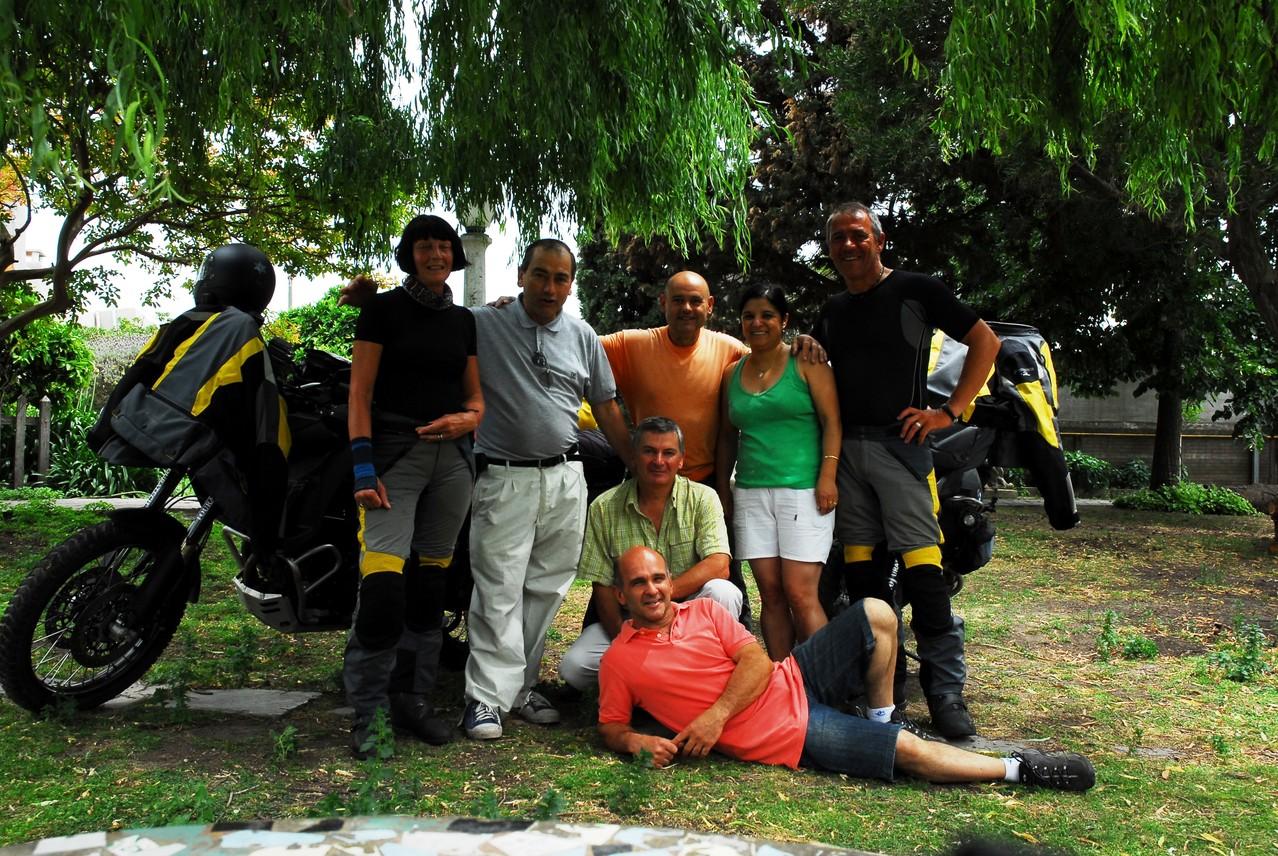 Mit Jorge (hi. Mitte) und seinen Freunden