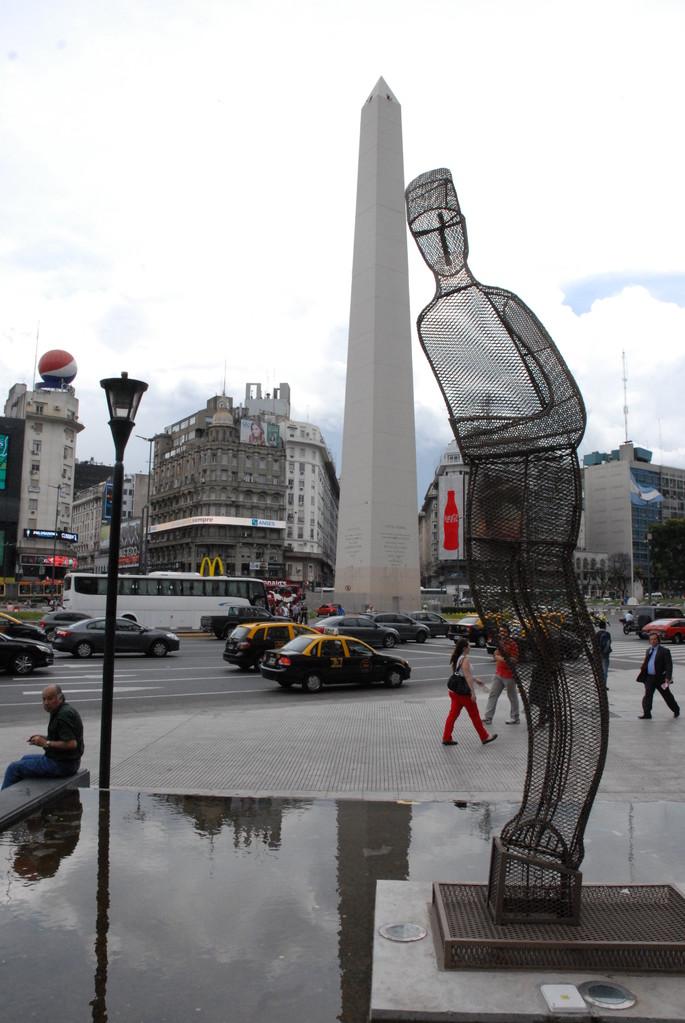 Obelix (sk) mit Frau(enskulptur)