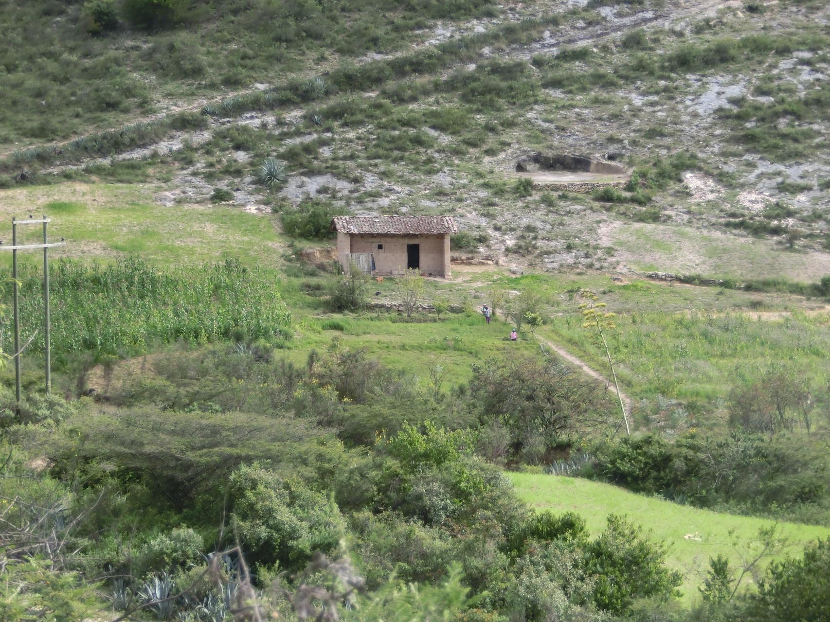 Mitten im Gelände ... wohnt jemand ... ohne Wasser und Strom