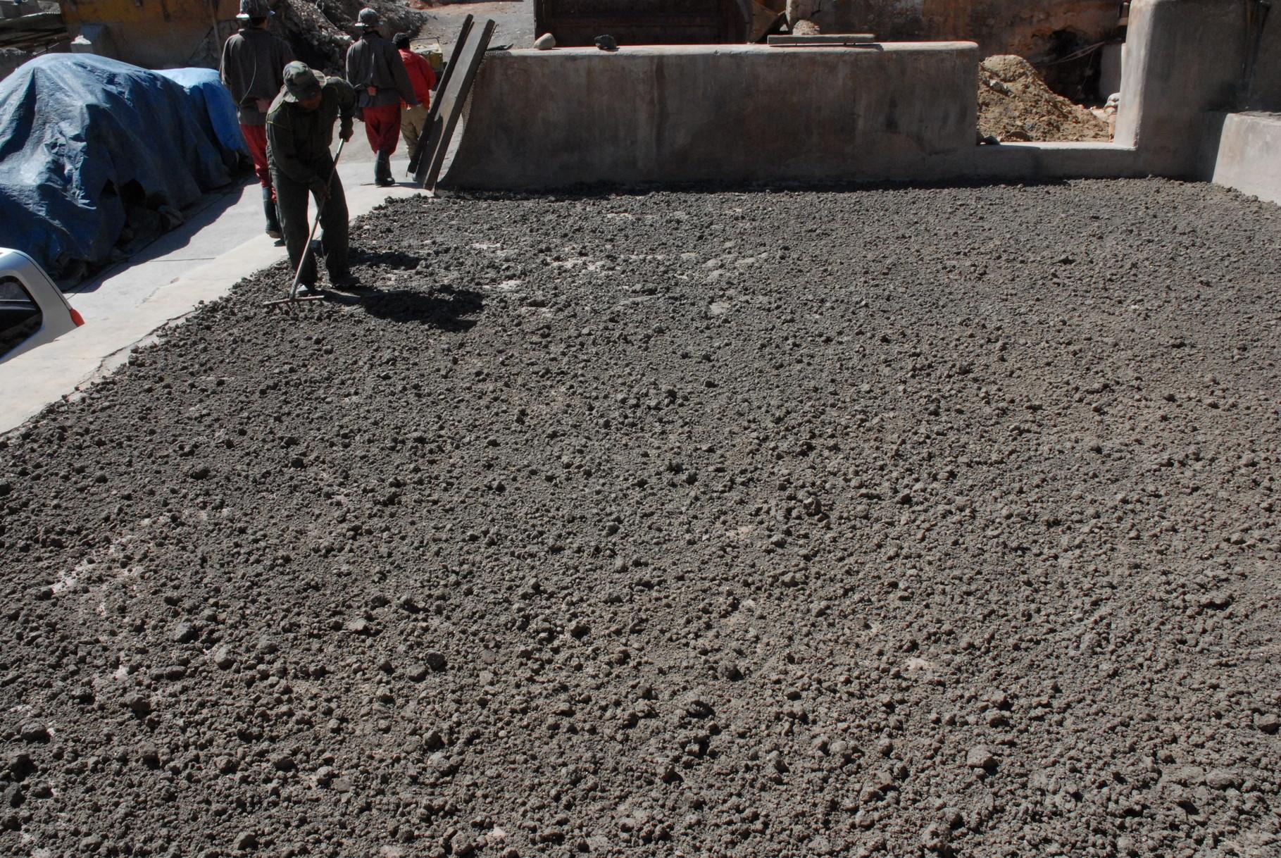 Die Silberbrocken werden zerkleinert und getrocknet für den Transport
