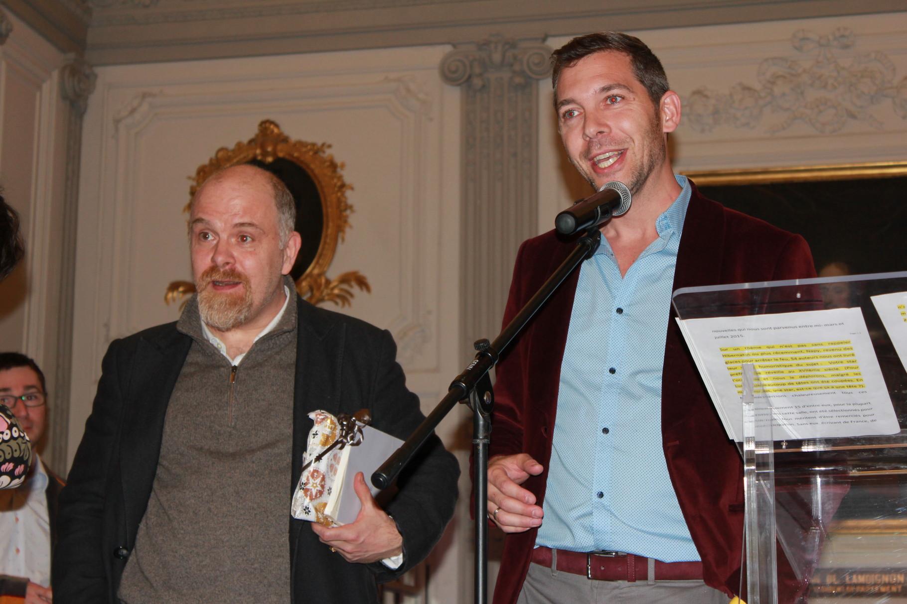 Il est accompagné d'Olivier Maulin, écrivain