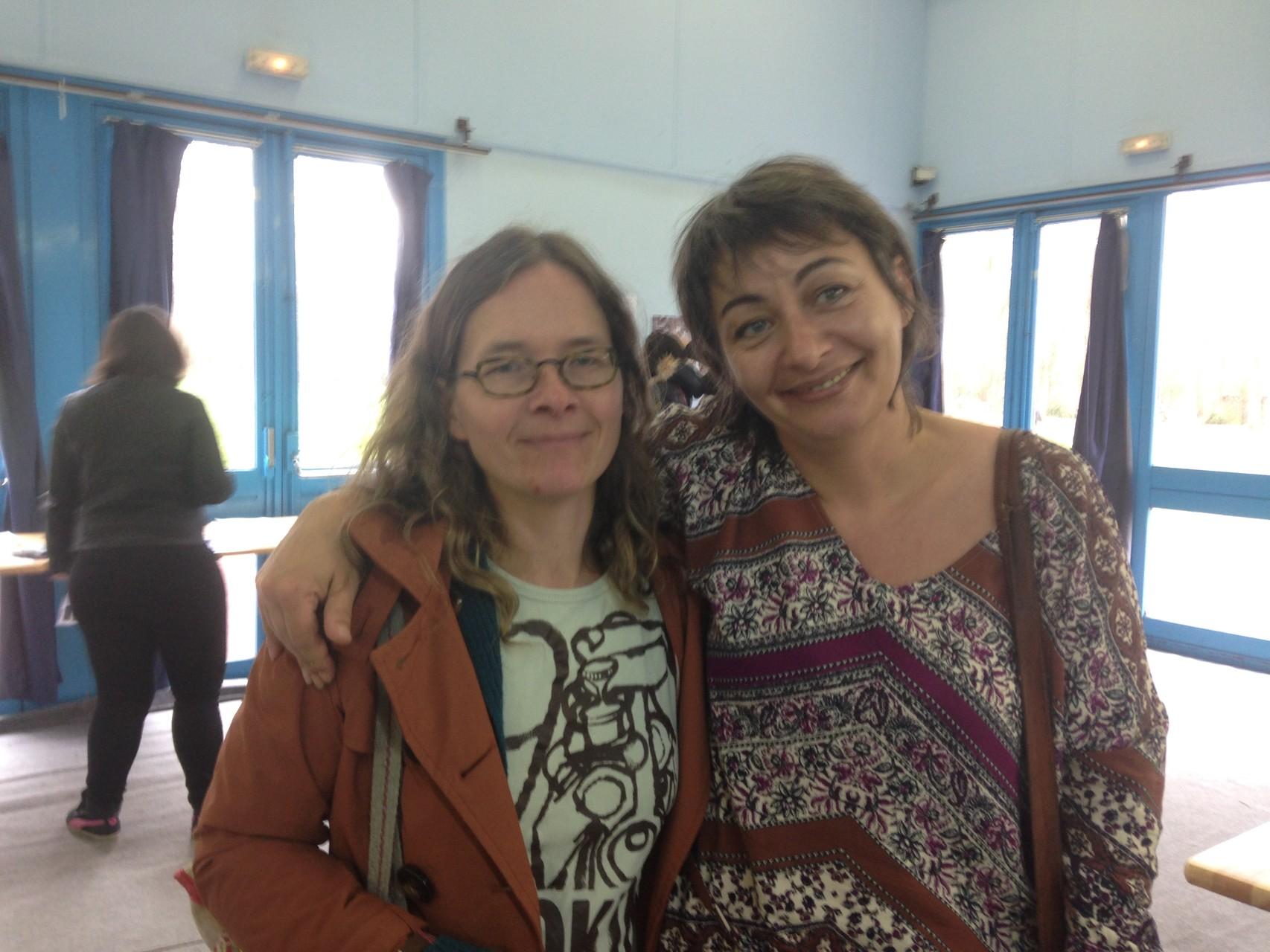 Minka Delaere, artiste et Élodie Torrente, animatrice des ateliers d'écriture auprès des enfants.