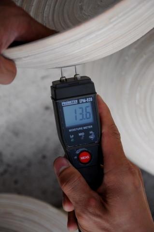 Pour assurer une qualité constante et optimale durant la fabrication, le taux d'humidité est contrôlé régulièrement.