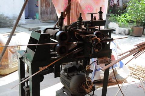 Le bambou est dépouillé de son écorce, trop dure à travailler. Elle sera réduite en poudre et servira de composant dans le mastic utilisé plus tard.