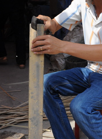 L'artisan commence par débiter les lamelles de bambou.