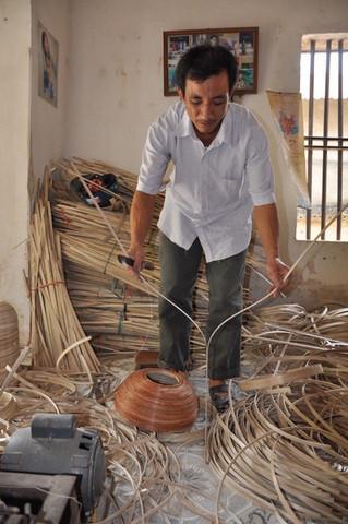 Le bambou est débité en fines lamelles.