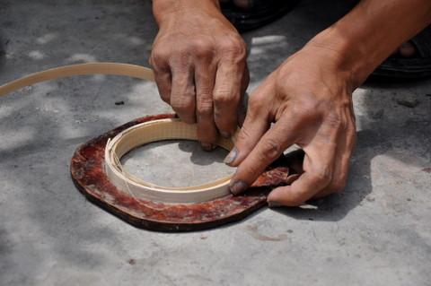 Les lamelles sont enroulées à plat. La première lamelle détermine le diamètre de l'objet. Les lamelles suivantes sont enroulées en partant de l'extérieur du cercle vers l'intérieur.