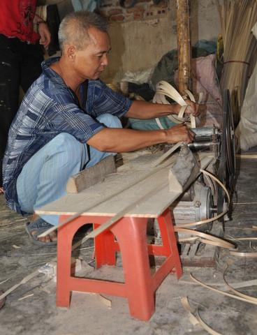 Les lamelles sont ensuite passées dans une presse à rouleau, de façon à assouplir leurs fibres et à les arrondir afin de pouvoir les enrouler.