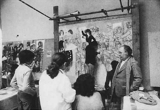 Foiso Fois e i suoi studenti durante la realizzazione di un'opera colletiva