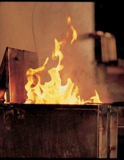 Hat sich ein Fettbrand in der Friteuse gebildet, ist die erste Maßnahme, das Gefäß mit einem passenden Deckel abzudecken. In diesem Fall sollten Sie also den Friteusendeckel schließen oder alternativ einen anderen nicht brennbaren Deckel zum Abdecken benutzen. Dadurch unterbinden Sie die Sauerstoffzufuhr und das Feuer wird erstickt. Anschließend müssen Sie die Wärmequelle ausschalten (Stecker ziehen), damit sich das überhitzte Fett / Öl abkühlen kann. Zugleich besteht auch keine Gefahr mehr, dass sich das Fett erneut selbst entzünden kann. Kommt es zu Problemen bei der Brandbekämpfung oder müssen Sie sich in Gefahr begeben, ist sofort die Feuerwehr (Notruf 112) zu verständigen.